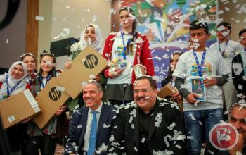 المركز الفلسطيني للاتصال   رافعين العلم- المصلون ينجحون بفتح باب الرحمة (فيديو)